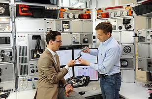 Światełka, włączniki, przyciski: Andreas Boy (po lewej) i Andreas Thiele na stanowisku do badania urządzeń sterujących