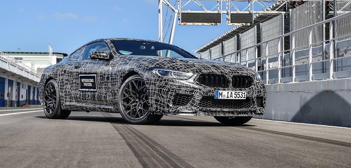 BMW M8 nadjeżdża