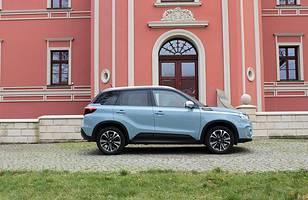 Dziś po produkowany na Węgrzech samochochód ustawiają się w polskich salonach kolejki.