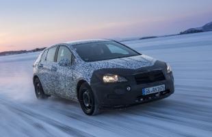 Nowy Opel Astra w kamuflażu