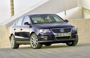 VW Passat B6 - rysa na legendzie